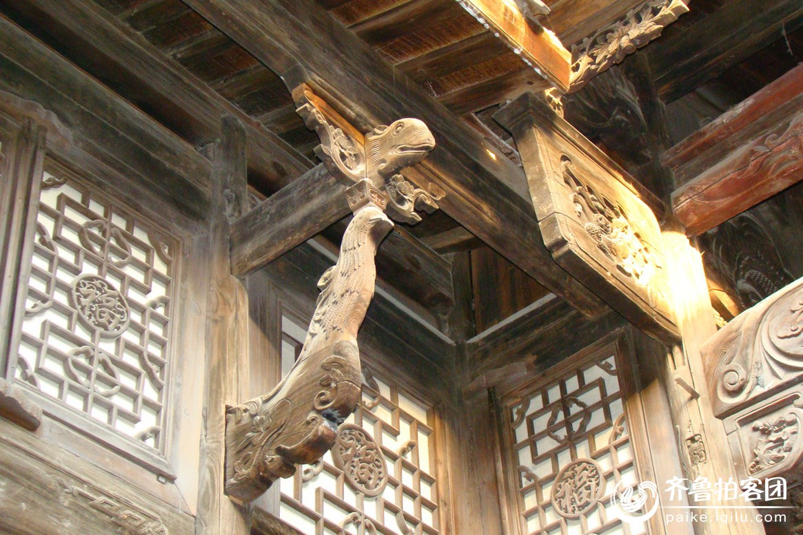 院墙越高,墙帽越 大. 出檐传统建筑屋顶形式之一.
