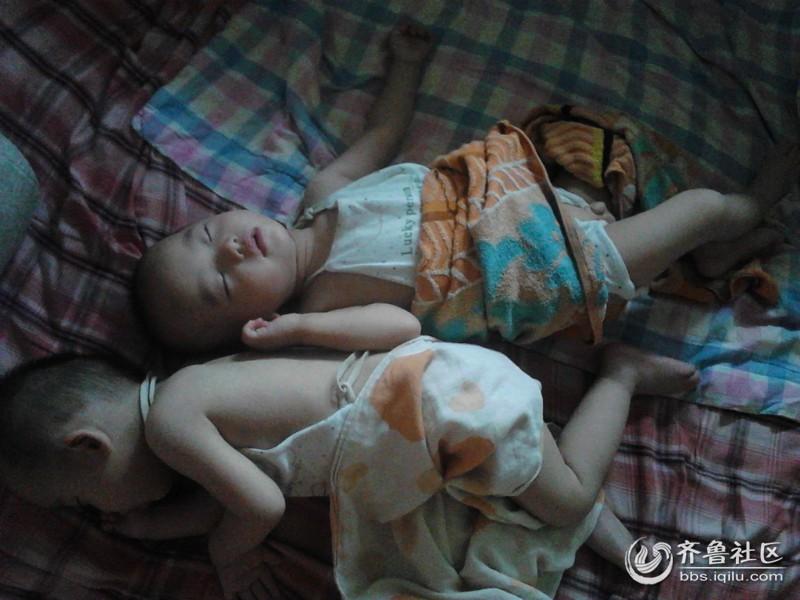 【宝贝睡姿大比拼】--双胞胎宝宝的奇葩睡姿