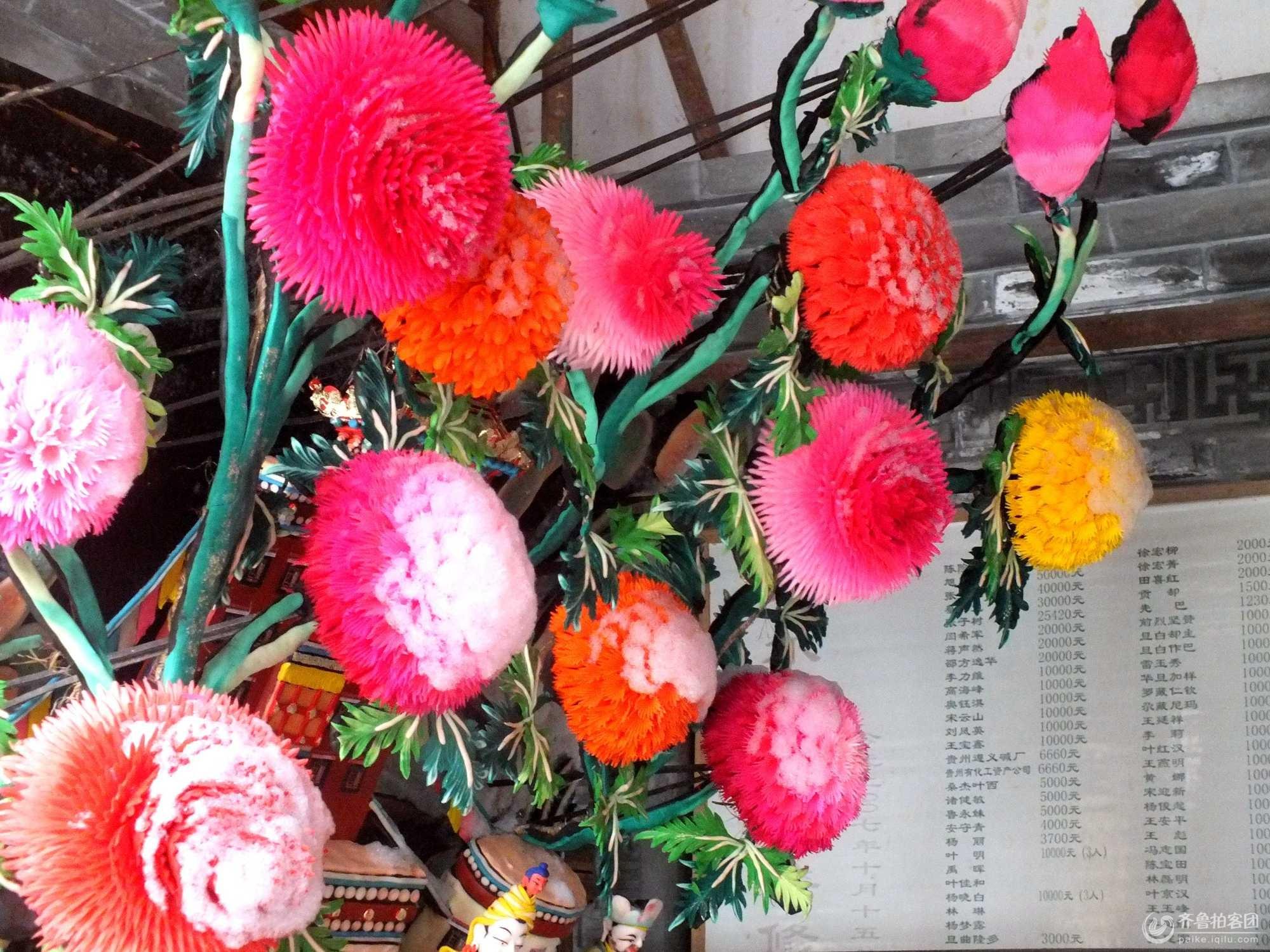 每年的正月十五青海塔尔寺都要展出栩栩如生的酥油花。塔尔寺的酥油花、壁画、堆绣被誉为塔尔寺艺术三绝 酥油花是以洁白细腻的酥油为原料调入各种矿物质颜色制成的油塑艺术品。塔尔寺酥油花集雕塑艺术之大成,不仅具有很高的艺术水平和独特的艺术风格,而且规模宏大壮观,内容丰富多采。这惟妙惟肖、栩栩如生的酥油花淋漓尽致的表现了佛国艺术的精华!蓓蕾初绽的酥油花芬芳馥郁。我们仿佛可以闻到那沁人肺腑、淡雅清新的花香。个性鲜明、形象生动的人物,我们仿佛听见它们在窃窃私语,从他们多情的眼神中仿佛可以读懂他们的喜怒哀乐、悲欢离合。雄伟