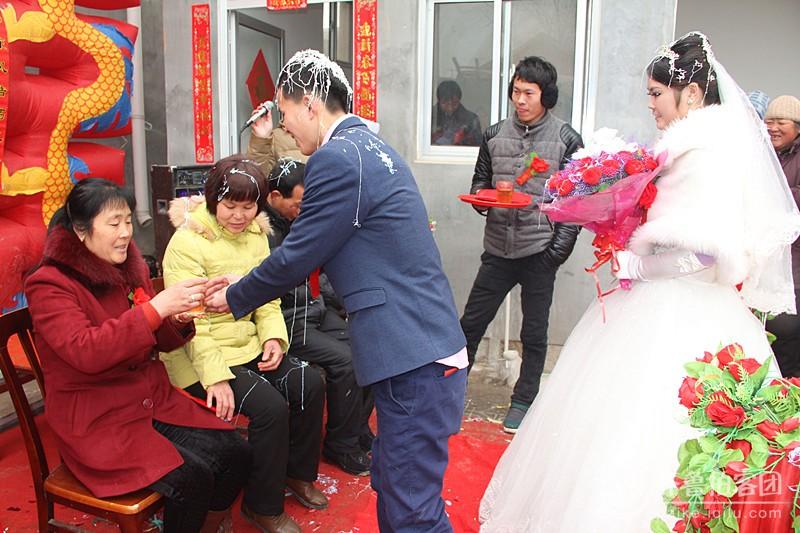如今农村的婚礼也浪漫 正月18号内蒙在济南打工的新娘、牵手鲁西南小村的新郎官喜结连理。我应邀迎娶新娘,有幸拍下新人浪漫的婚庆纪实组照。