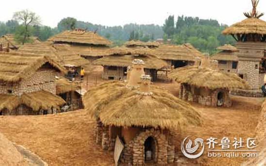 泥土和稻草建造的,有高有矮,有大有小,有一层的也有两层的,还有哨塔和