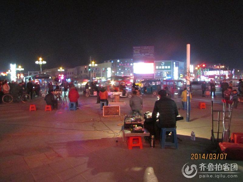 晚上和老公溜弯,在跃进塔中国银行前,看到有外地来的残疾人在举办