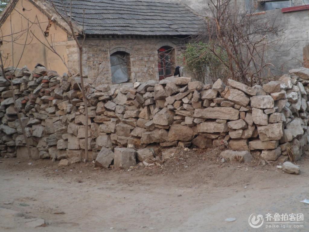 在新农村的建设中,古老的唯一的破旧房屋,等到着旧貌换新颜!