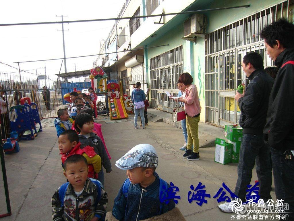 滨海公益圆孩子们参观动物园梦