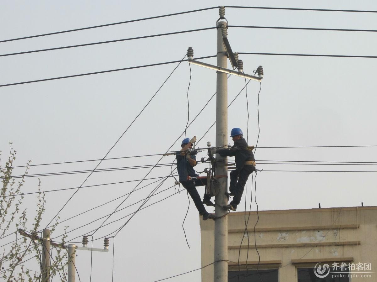 电力工人维修忙