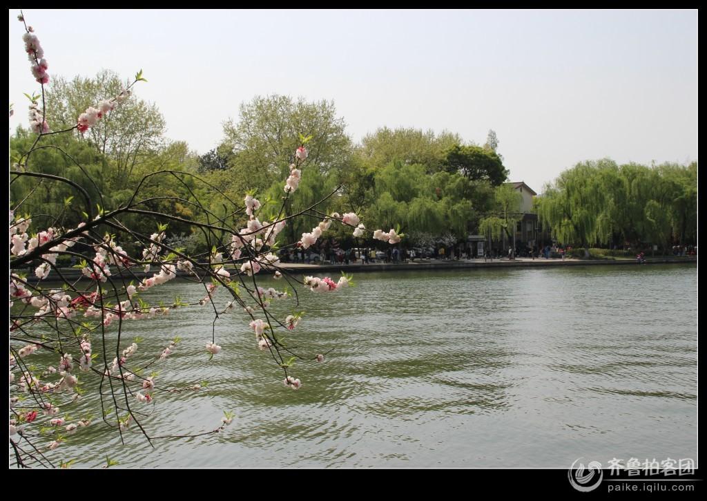 西湖,位于浙江省杭州市西部,是中国主要的观赏性淡水湖泊,也是中国首批国家重点风景名胜区。西湖三面环山,面积约6.39平方千米,东西宽约2.8千米,南北长约3.2千米,绕湖一周近15千米。湖中被孤山、白堤、苏堤、杨公堤分隔,按面积大小分别为外西湖、西里湖、北里湖、小南湖及岳湖等五片水面,苏堤、白堤越过湖面,小瀛洲、湖心亭、阮公墩三个人工小岛鼎立于外西湖湖心,夕照山的雷峰塔与宝石山的保俶塔隔湖相映,由此形成了一山、二塔、三岛、三堤、五湖的基本格局。