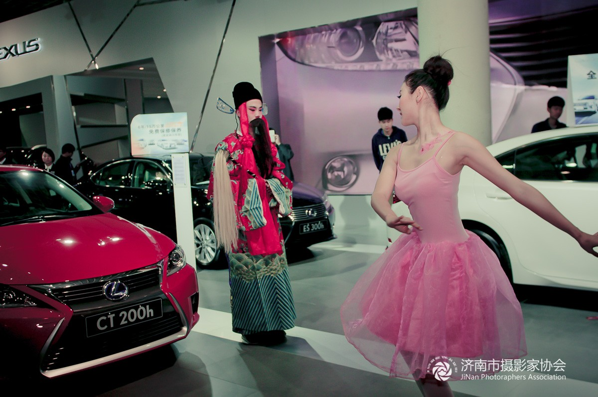 传统遇到芭蕾――春季车展上的芭蕾美女高清大图