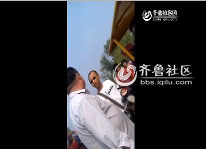 """戴墨镜者就是""""管闲事""""的警察,他义正言辞地对男子说,""""虽然不是工作时间,但是我是警察就要管""""。   ... ..."""