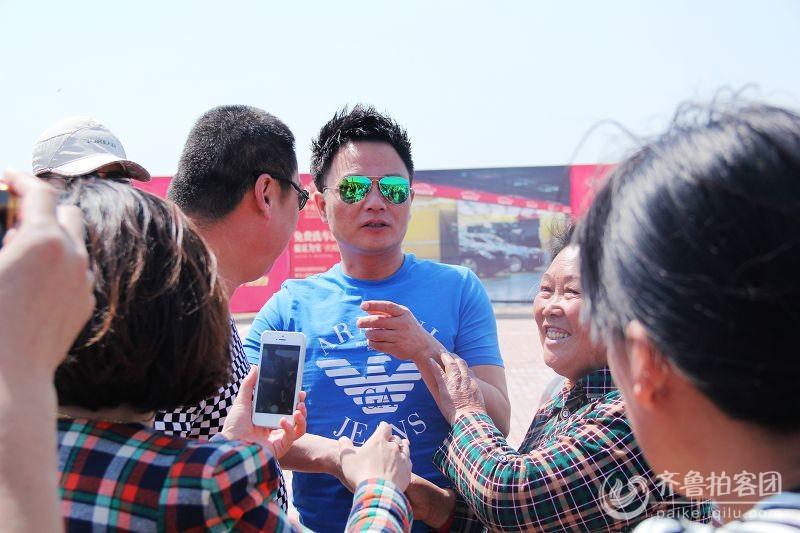 武文带着我是大明星的演员来到了东营龙跃湖 山东最大的城市生活社