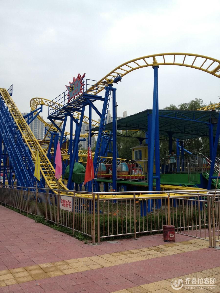 朝陽公園位于北京市朝陽區中部,始建于1984年,原名為水碓子公園,1992年被更名為北京朝陽公園。朝陽公園是集休閑、體育、文化、娛樂等眾多項目為一體的綜合型公園,綠化面積大,地理位置優越。這里的沙灘排球場曾是2008年北京奧運會的臨時場館,奧運過后,朝陽公園成為十分受市民歡迎的文化活動交流場地。