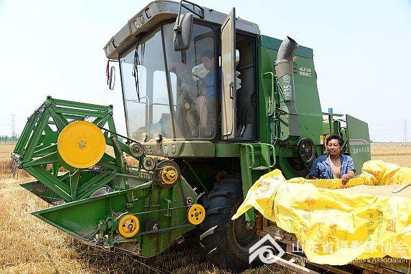 农民发明家谷风金发明小麦收割机自动卸粮筒
