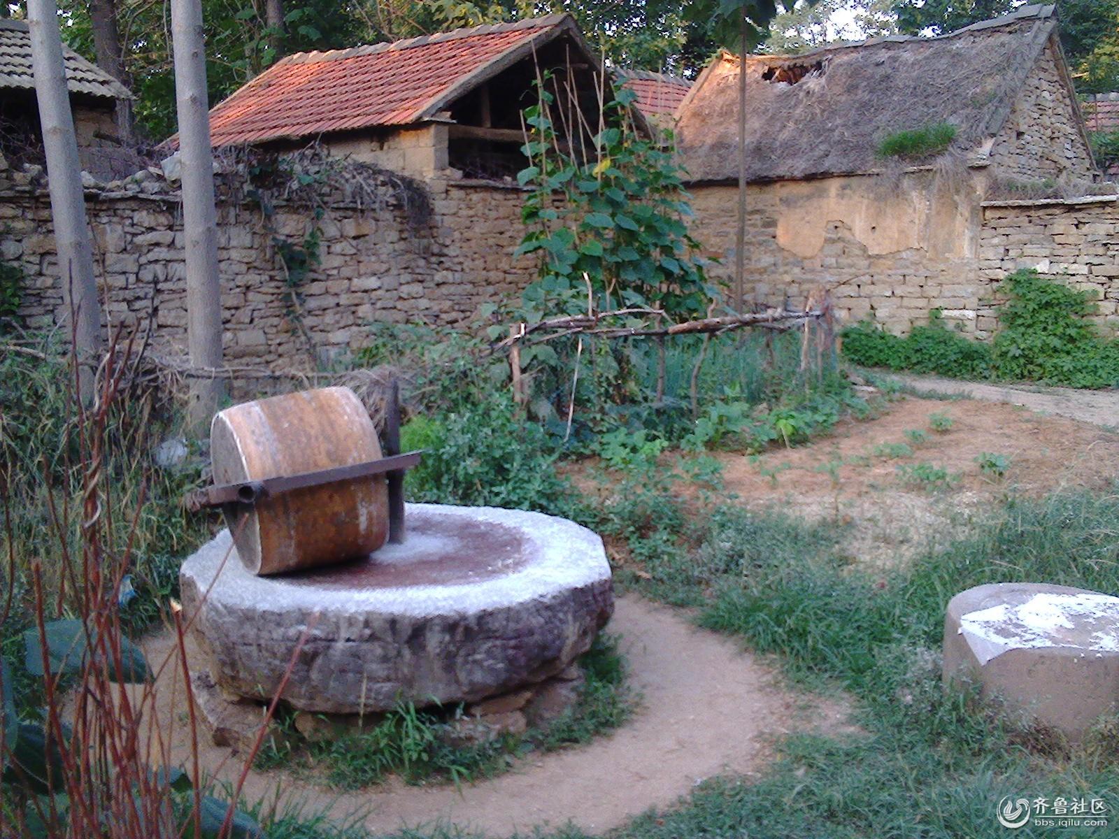 石碾:是一种用石头和木材等制作的使谷物等破碎或
