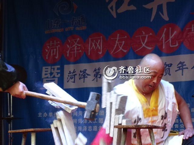东明少林佛汉拳第七代传人周高峰表演佛汉拳功夫铁壁万斤砸.jpg