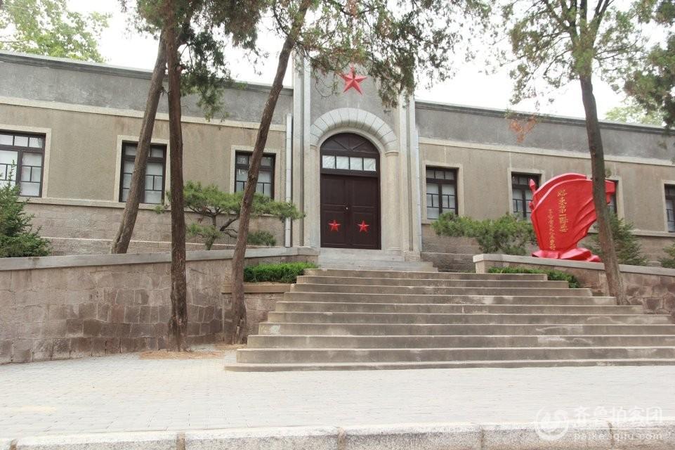 在八一建军节到来之际 为了倡导习大大红色革命精神 发扬红色革命历史 带孩子参观学习胶东第一县委 莱阳市万第镇,诞生了胶东第一个中共县委莱阳县委。中共莱阳县委对胶东革命产生过深远影响,在胶东党史上具有重要地位。   1927年12月,李伯颜、孙耀臣受中共山东省委指示,回家乡莱阳建立党组织。12月26日,两人到莱阳前保驾山村(现属莱西市),在孙耀臣家中建立了中共前保驾山村支部委员会,这是胶东第一个中共农村支部。   1928年3月中旬,李伯颜、孙耀臣在莱阳万第水口村村民宋玉桂家中,主持召开了各村党组织负责