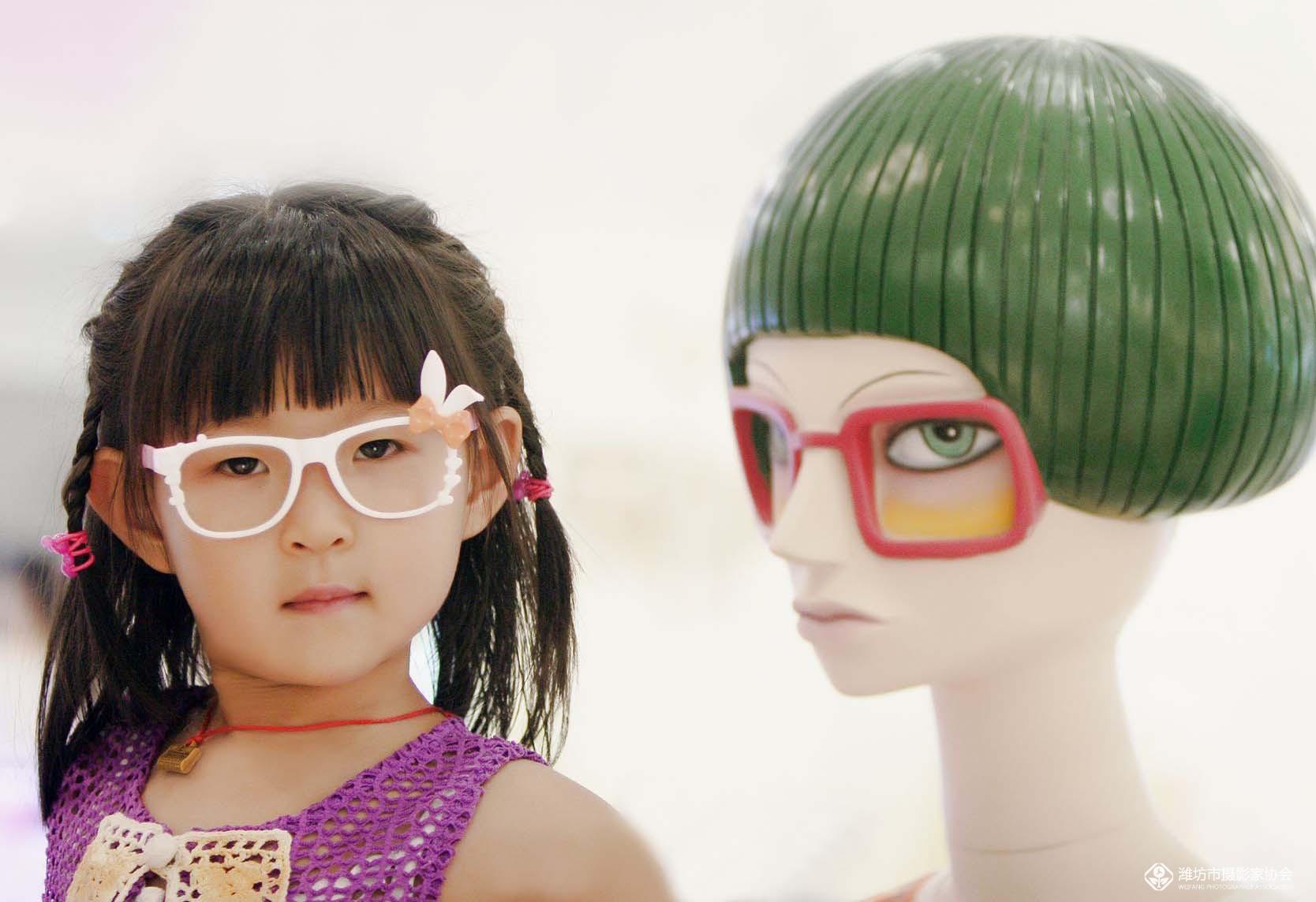 《小数码 大视界 (五十一)》戴眼镜的小女孩