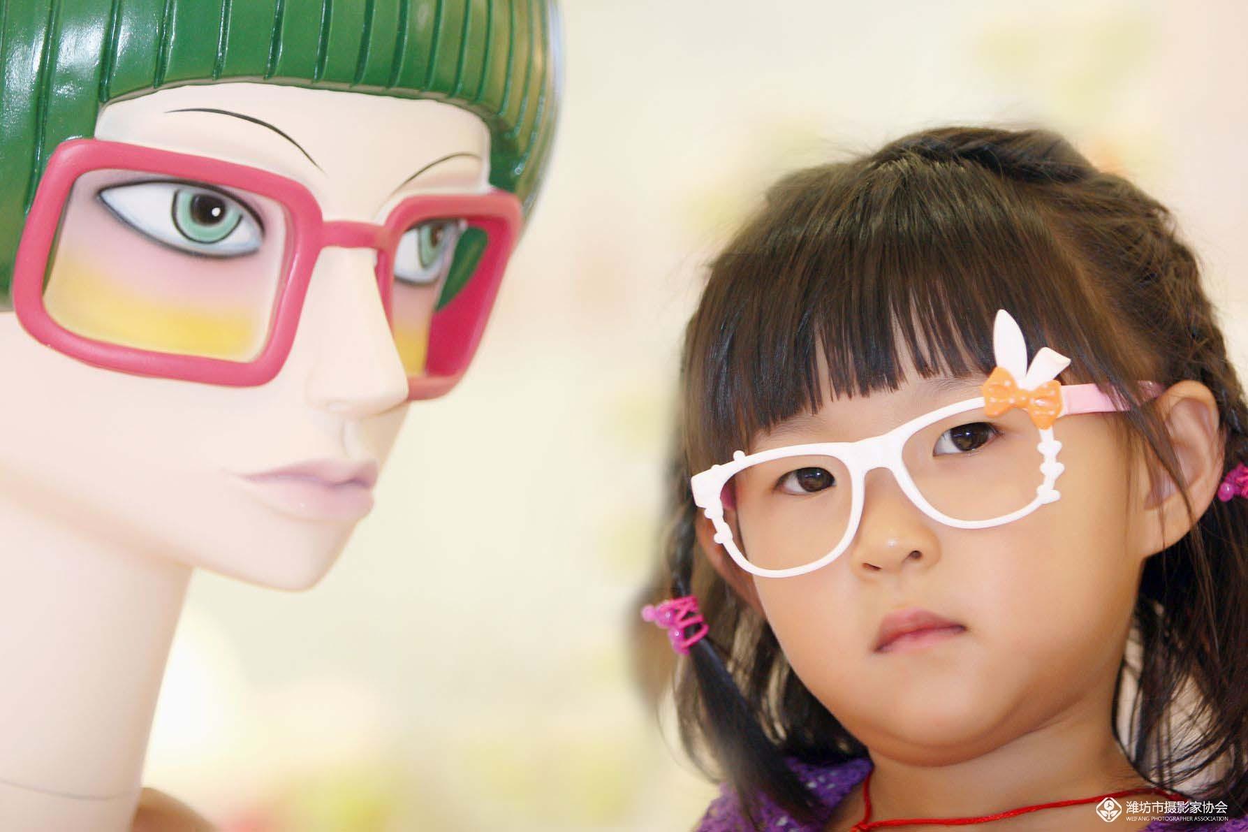 (五十一)》戴眼镜的小女孩