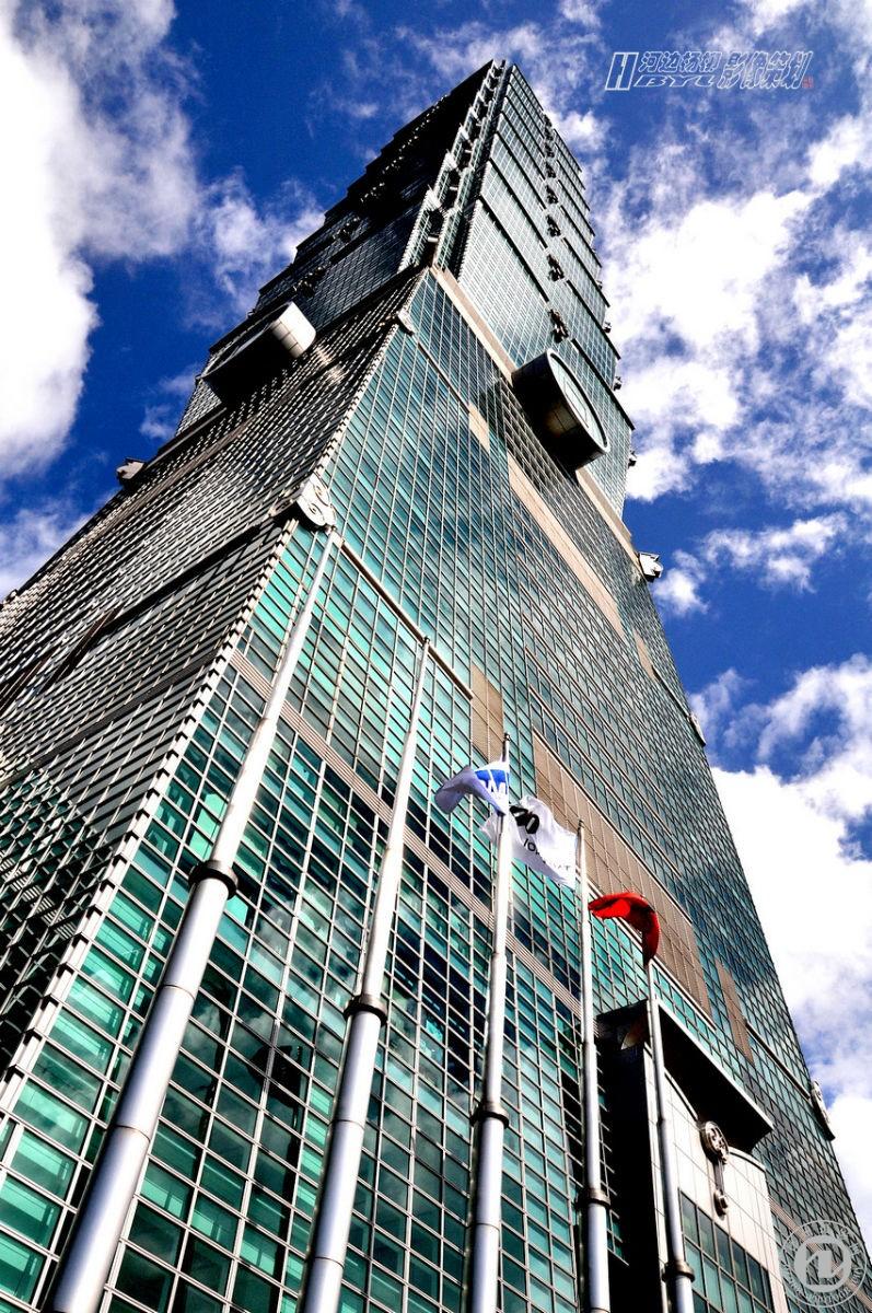 【101大楼】在规划阶段初期原名台北国际金融中心(Taipei Financial Center),是目前世界第二高楼(2010年)。位于台湾台北市信义区,由建筑师李祖原设计,KTRT团队建造,保持了中国世界纪录协会多项世界纪录。台北101曾是世界第一高楼,以实际建筑物高度来计算已在2007年7月21日被当时兴建到141楼的迪拜塔(阿联酋迪拜)所超越,2010年1月4日迪拜塔的建成(828米)使得台北101退居世界第二高楼。