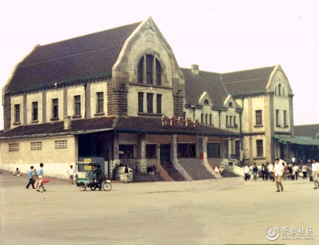 济南老火车站 济南老火车站是指津浦铁路济南站,它曾是亚洲最大的火车站,世界上唯一的哥特式建筑群落,它曾登上清华、同济的建筑类教科书。它曾被战后西德出版的《远东旅行》列为远东第一站,是我国一处享誉世界的著名地标。是十九世纪末二十世纪初德国著名建筑师赫尔曼菲舍尔设计的一座典型的德式车站建筑。那伸向蓝天的高大钟楼便体现了欧洲中世纪的宗教理念,但设计者又把与他们信仰中的上帝相衔接的尖顶改换成了罗马式的圆顶,并把圆顶下的墙面装饰上四个圆形大时钟,用以替代只可用听觉感知的教堂钟声,既增添了视觉观赏性,又为旅客提供了