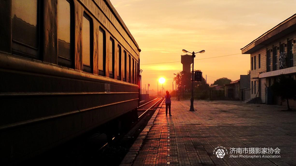 从漠河到哈尔滨火车上随拍——讷河火车站日出