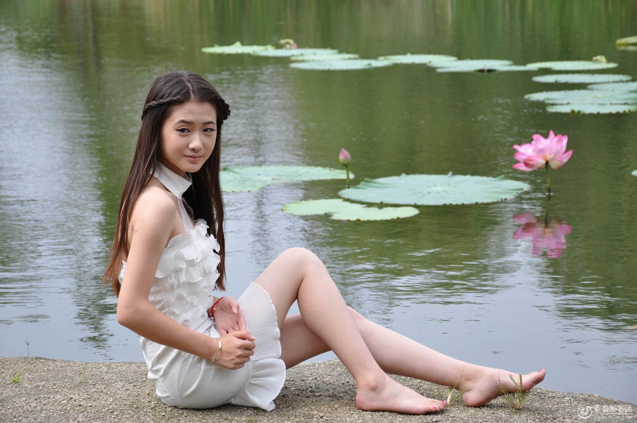 公园河边拍美女戏水