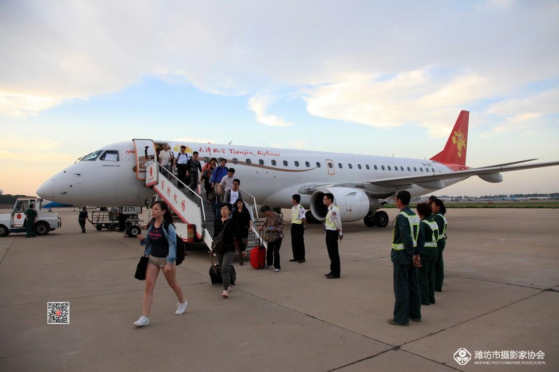 随着经济文化交流和旅游业的蓬勃兴起,潍坊航空事业从无到有,逐步发展壮大。1989年9月,南苑机场开通了潍坊至北京固定客运航班,开始了联航业务。在巩固联航的同时,按民航4D级机场标准,陆续改开通了多条新航线,可起降B-737、A300及以下机型;主跑道长2600米,宽48米;平行滑行道长2033米,宽38米;停机坪20000平方米,可供3架C类飞机同时使用。机场总建筑面积19182平方米,通航城市包括北京、上海、重庆、大连、广州、沈阳、杭州、宁波等。这些新航线现已成为带动客流量节节攀升的强劲动力。