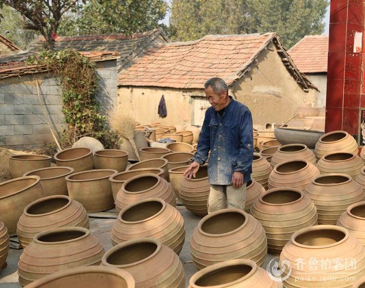 老人说要活到一百岁,要把土陶文化传承下去,让老人难过的是,现在的年轻人都不愿干这行了 ...