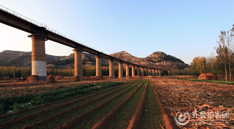 桥内设半径为600米的圆曲线和