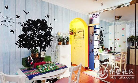 淡蓝色墙面,鸟群与大树的剪影,白色圆桌,格子桌布,几盆盆栽,就这样