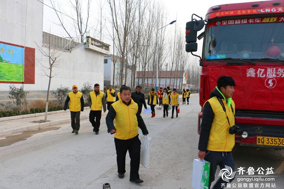 平邑萤火虫义工联盟12月20号帮扶郑城,丰阳孤寡老人捐赠.