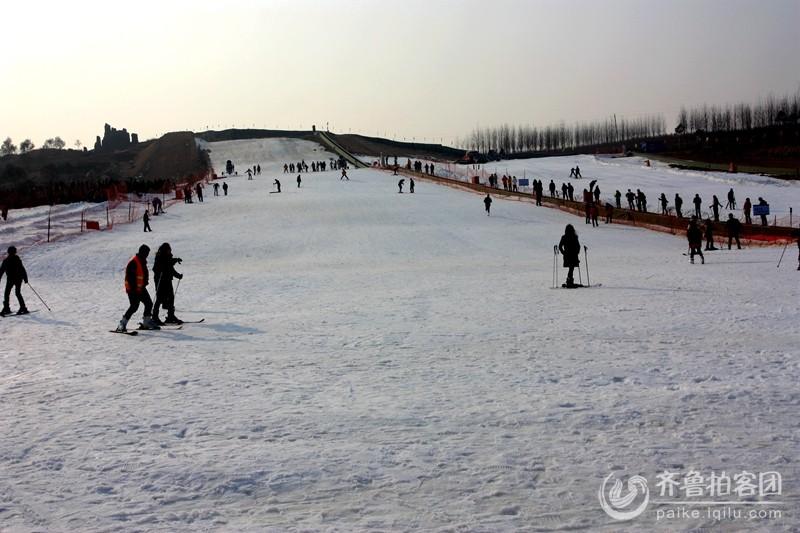 河山沁园春滑雪场