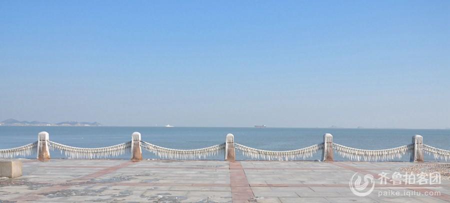 齐鲁拍客团烟台讯:2月9日上午,烟台山附近,海边,护栏挂满冰凌。2014年的冬天,对于素有雪窝之称的烟台来说,是一个极其少有的暖冬,稍微大一点的雪只下了一场,很多人一冬都没有机会穿厚毛衣,而昨天的大风,降温,给市民带来好机会,很多有时间的市民都跑到海边观看冰凌,第一次目睹这一盛景的外地游客赞不住口,纷纷留念。