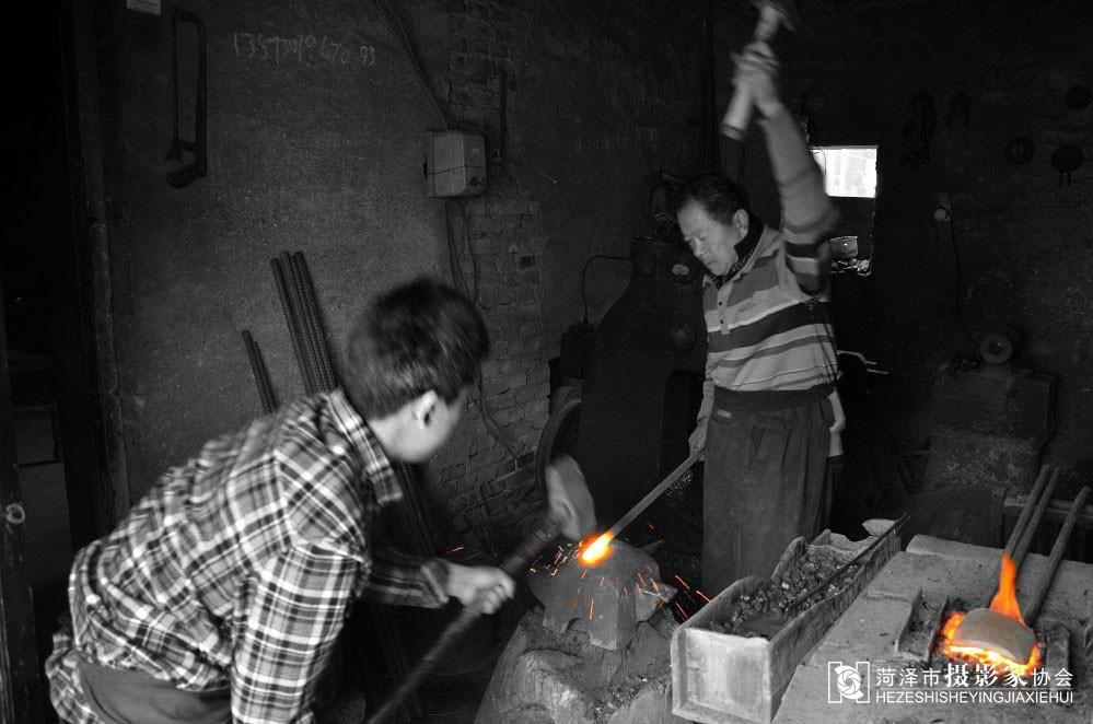 铁匠手工制作烧水壶