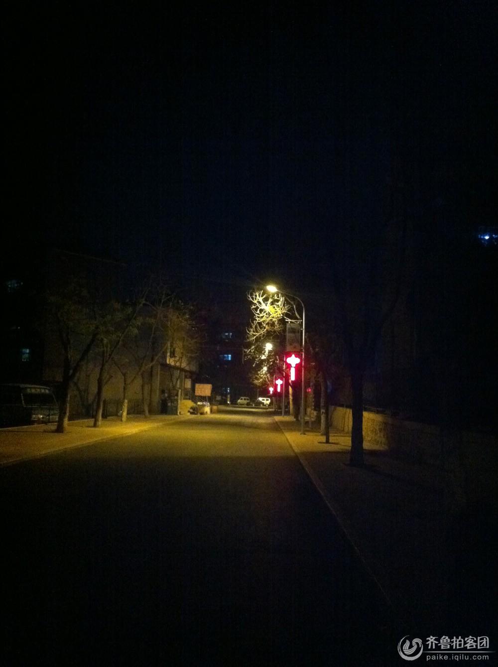 喜欢一个人在夜晚散步,没有了白天的喧嚣与吵闹,静静地走,不用考虑太多的问题,只是享受那一片属于自己一个人的安静。没有了刺眼的日光,慢慢地走,偶尔抬头看看路灯,然后低头看被路灯拉长的身影,越走越远离路灯。一个人散步,不需要朋友陪伴,一个人有一个人的快乐与悲伤。