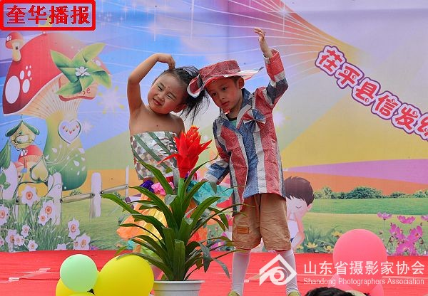 山东茌平:信发幼儿园幼儿环保时装秀