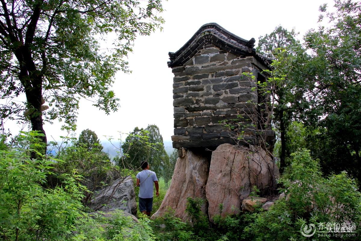 景   庙内的壁画   已经露天的房顶    紧挨着的小庙,应该是山神庙吧?