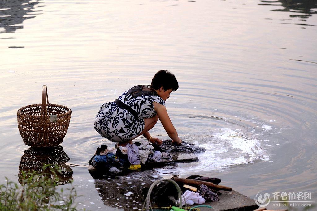 江南河边洗衣的女人