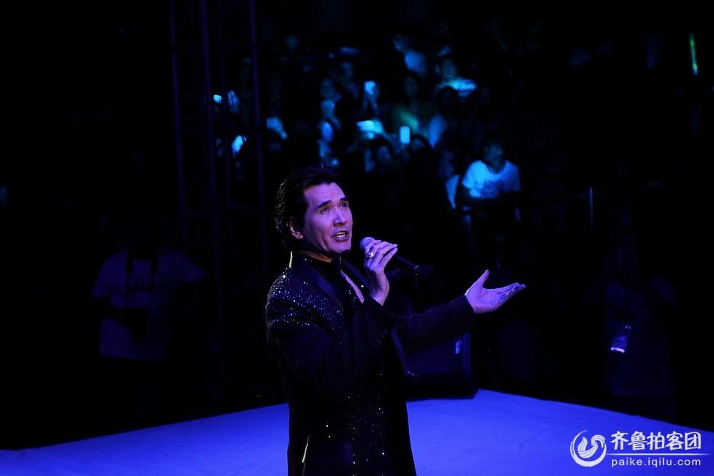 费翔参加第十二届中国林交会大型公益演唱会