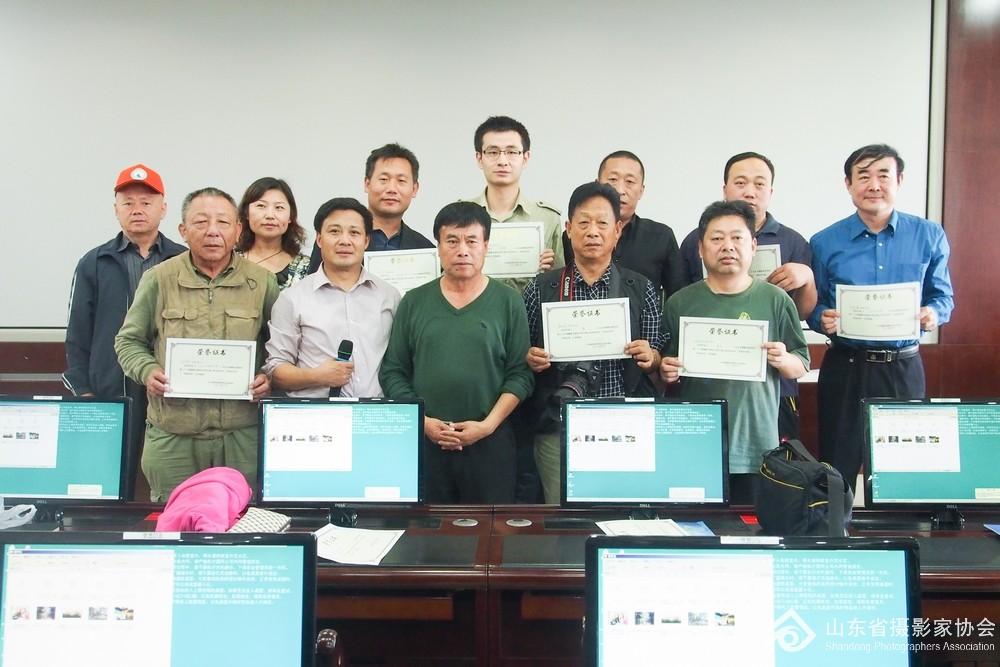 5、邹毅老师和省摄协副秘书长张世刚为获奖学员们颁发证书