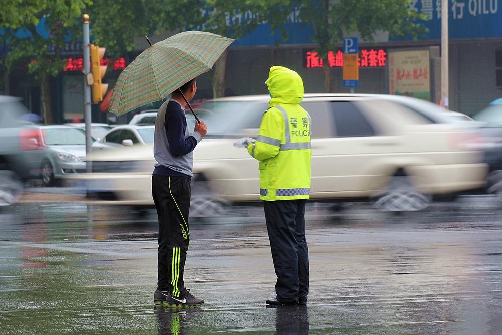 《问路》蔡建民拍于2015年5月11日经十路体育中心路口.jpg