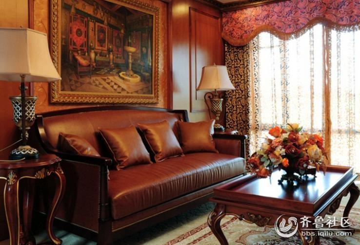 沙发的背景墙上则是挂置着精美的欧式画作