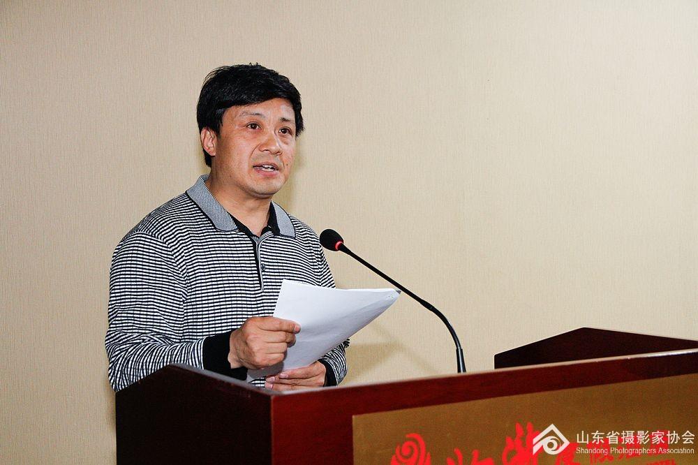 山东省摄影家协会秘书长张世刚宣读2015年度评优名单