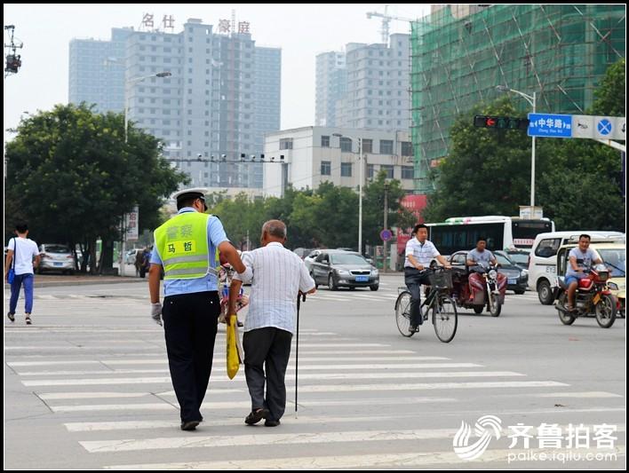 菏泽:交警搀扶老人过马路 温暖人心