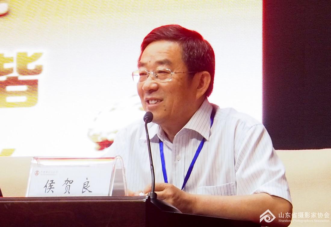 山东省摄影家协会主席侯贺良做培训动员.jpg