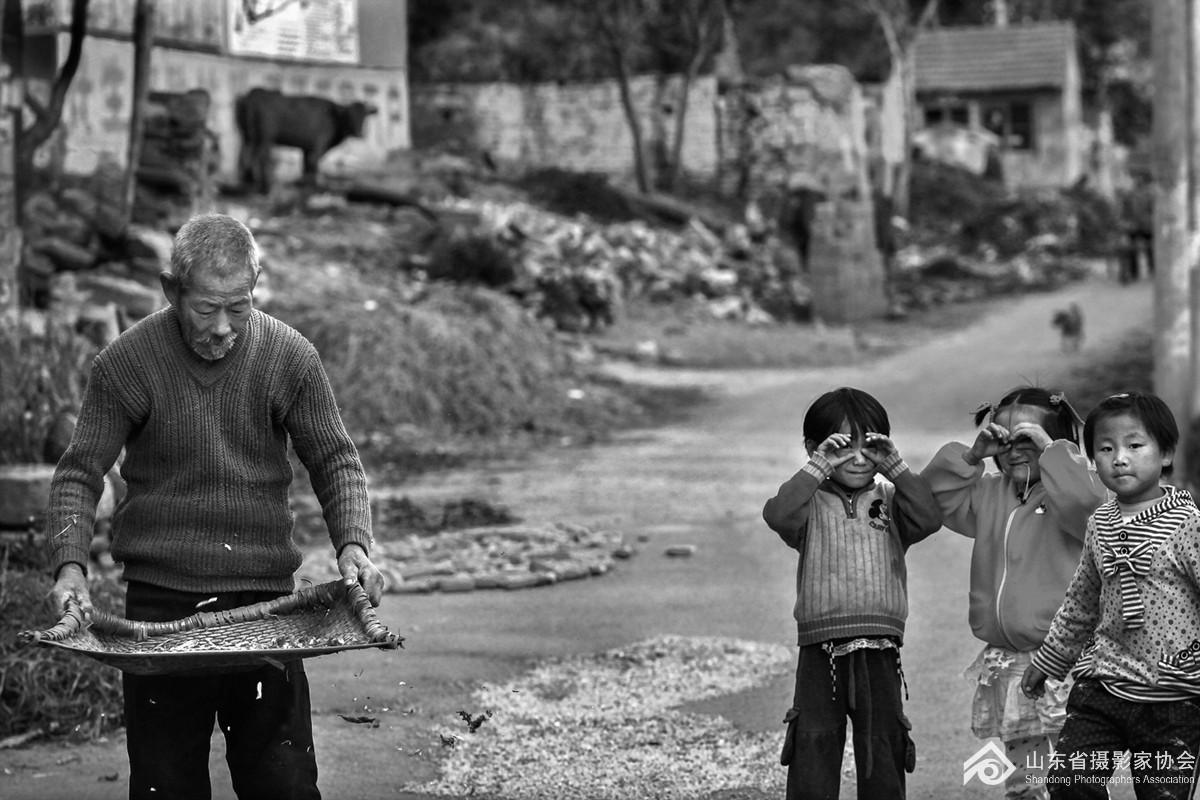 2008年10月10日,沂水县四角泉村的几个女孩在村口玩耍。.jpg