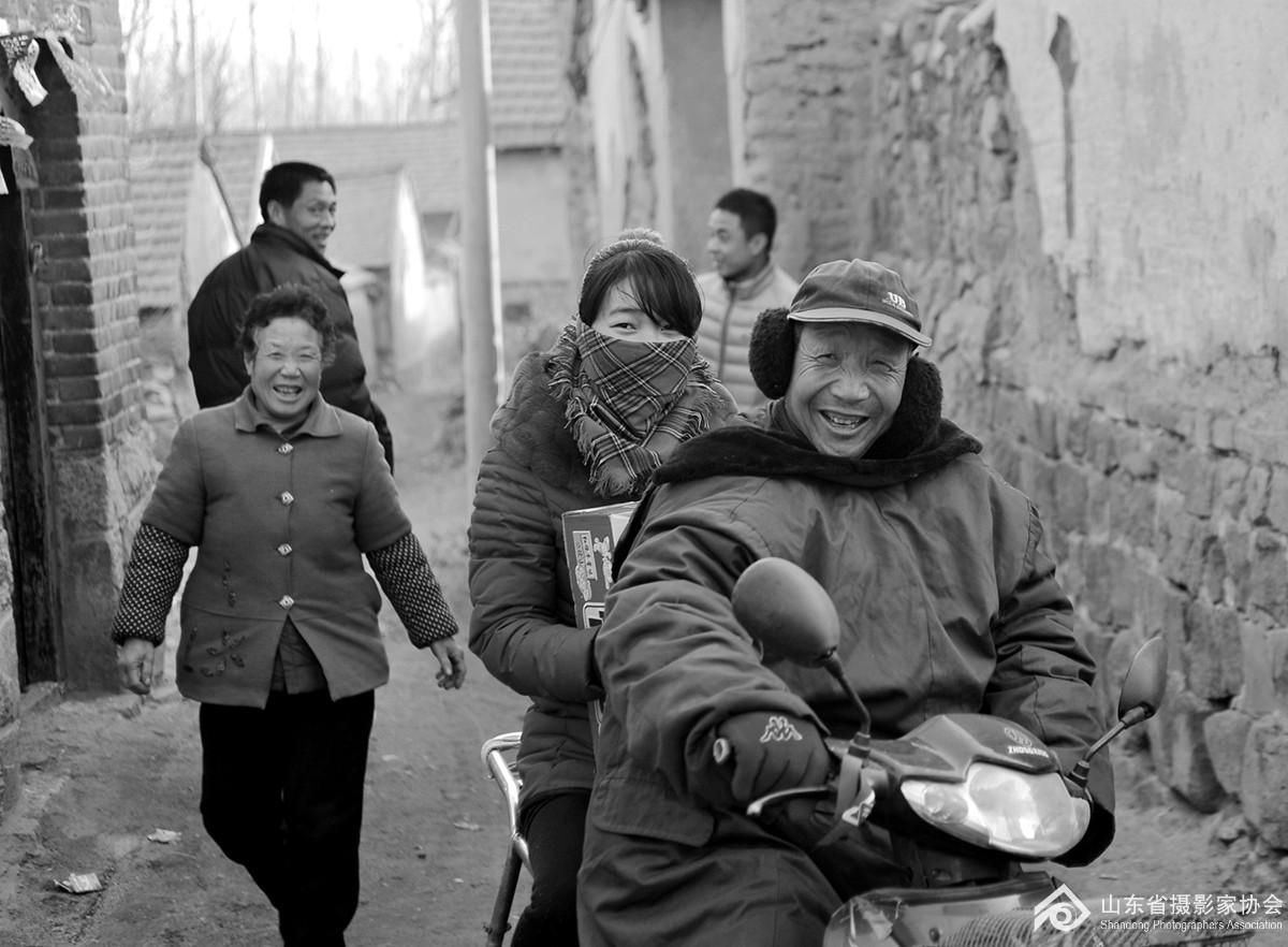 2014年春节刚过,沂水县大水场村的村民串门走亲戚。.jpg