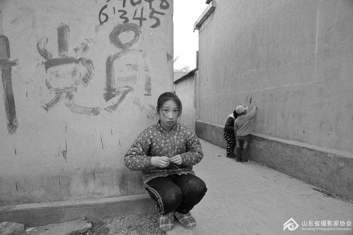 2015年2月26日,沂水县诸葛镇大暖峪村,孩子们在村口的墙上涂鸦。.jpg.jpg