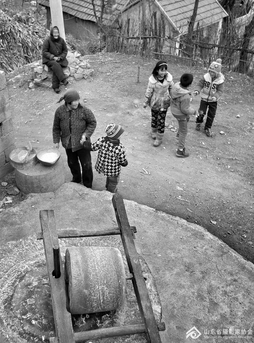 2015年正月里,沂水县上龙口村村口的老碾台边。.jpg