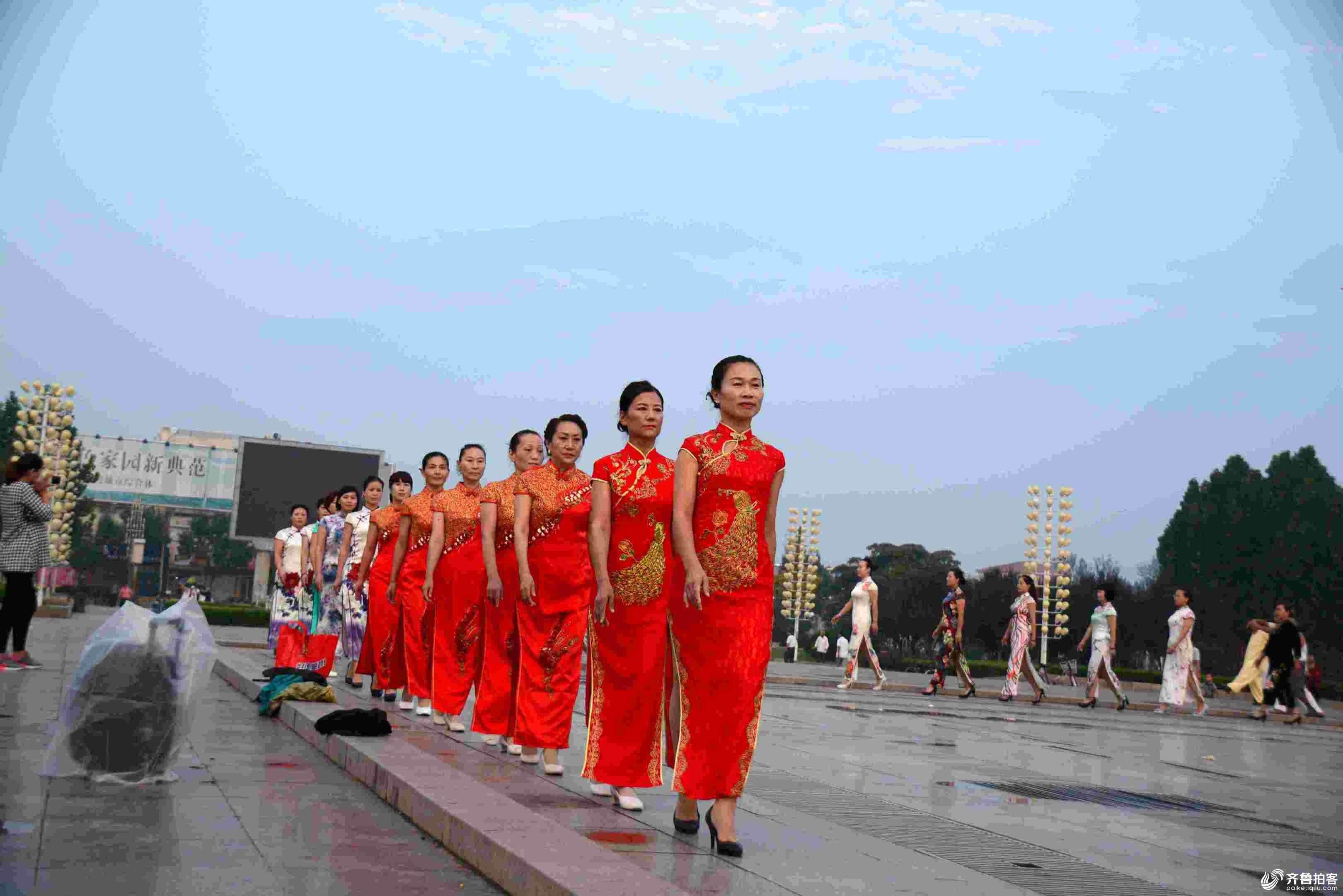 鄄城老年大学文化艺术团旗袍队在广场展风采