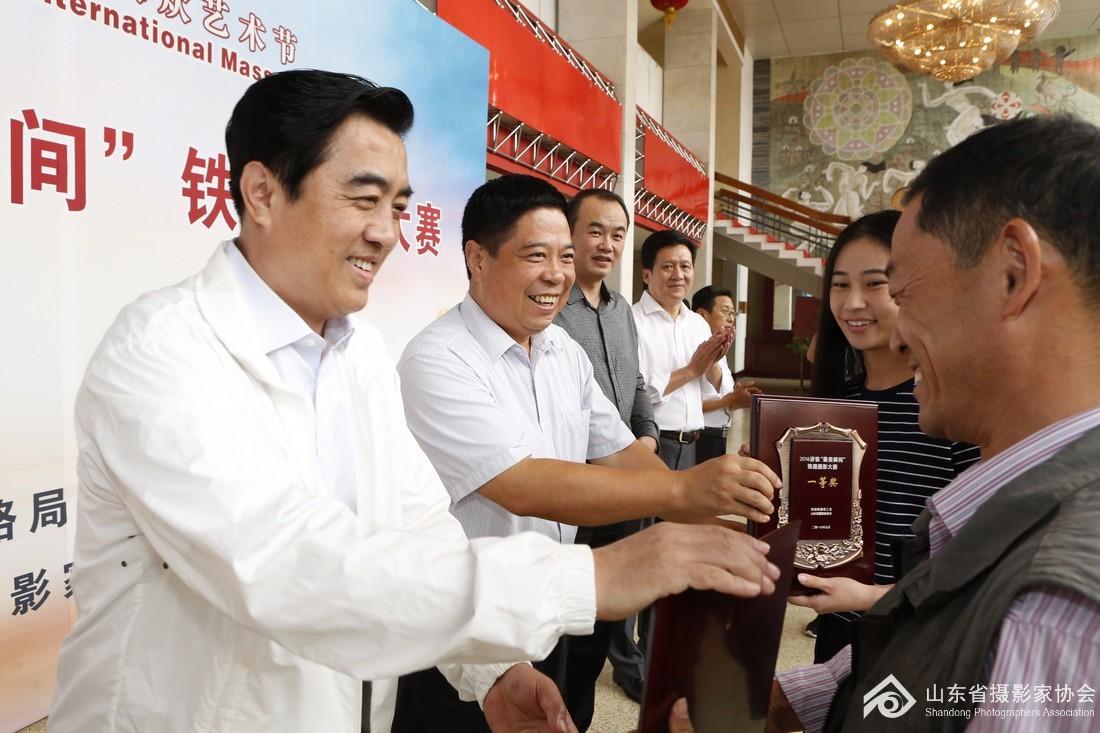 1、省文联党组成员、纪检组长矫红等为获奖作者颁发奖牌.JPG
