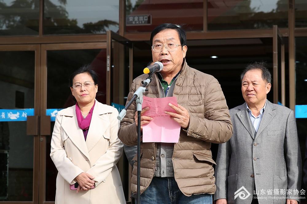 省摄协副主席,济南市摄协主席王亮朝宣布获奖名单